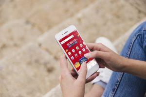 Usuário apresentando a campanha de Datas Duplas 10.10 no celular